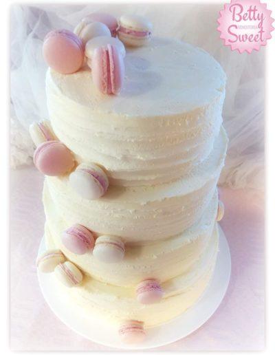Hääkakku macarons-koristeilla